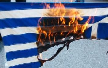ΕΔΕ για αστυνομικό που φαίνεται να έκαψε ελληνική σημαία
