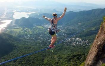 Ισορροπεί σε σχοινί με ψηλοτάκουνα στα 840 μέτρα υψόμετρο