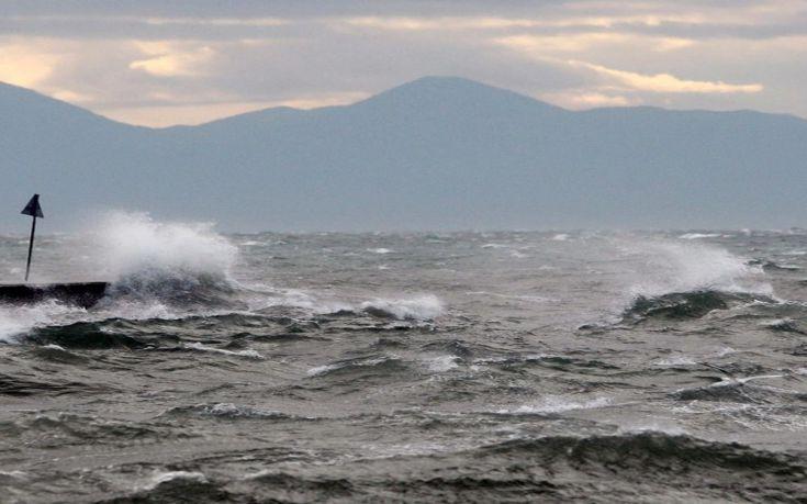Φορτηγό πλοίο προσάραξε στις βόρειες ακτές της Άνδρου