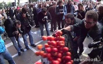 Φοιτητές πέταξαν καφάσια με ντομάτες έξω από το υπουργείο Εργασίας