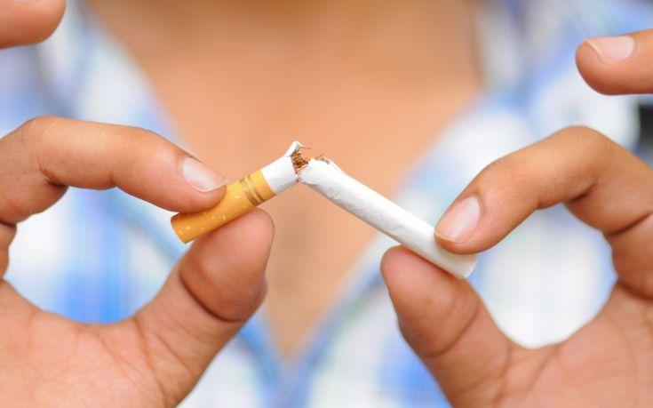 Κι όμως ο Έλληνας σβήνει το τσιγάρο