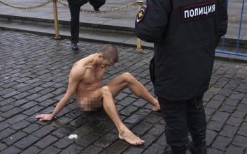 Συνελήφθη ο ρώσος καλλιτέχνης που είχε καρφώσει τους όρχεις του στην Κόκκινη Πλατεία