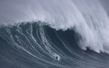 «Μαγνήτης» για σέρφερ από όλο τον κόσμο η πορτογαλική ακτή