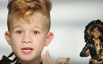 Για πρώτη φορά στην ιστορία αγοράκι διαφημίζει την κούκλα Barbie