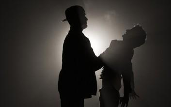 Πατέρας πιάνει από τον λαιμό συμμαθητή του γιου του που του έκανε bullying