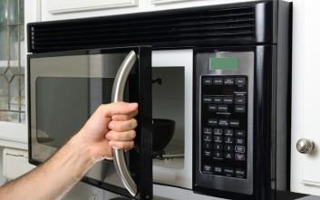 Πώς να καθαρίσετε τον φούρνο μικροκυμάτων με ένα λεμόνι