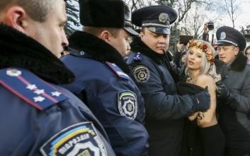 Γυμνόστηθες FEMEN διαδήλωσαν έξω από την ουκρανική Βουλή