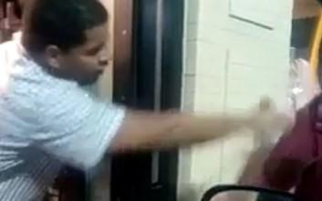 Κατακραυγή για υπάλληλο που πετά νερό στο πρόσωπο αστέγου
