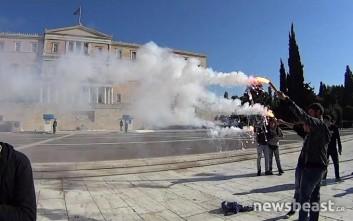 Καπνογόνα έξω από τη Βουλή