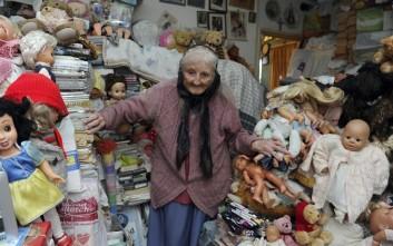 Κάνουν έξωση σε 87χρονη γιατί έχει πολλές... κούκλες