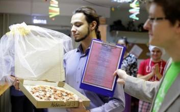 Παντρεύτηκε... μια πίτσα γιατί απογοητεύτηκε από τις γυναίκες!
