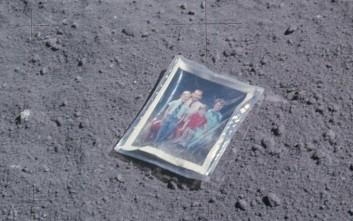 Η ιστορία της οικογενειακής φωτογραφίας που βρίσκεται στο φεγγάρι