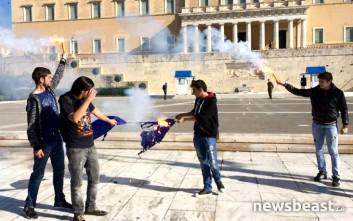 Έκαψαν τη σημαία της Ε.Ε. έξω από τη Βουλή