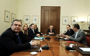 Στο Προεδρικό Μέγαρο οι πολιτικοί αρχηγοί, ξεκίνησε η σύσκεψη