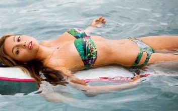 Το κορίτσι που «δαμάζει» τα κύματα
