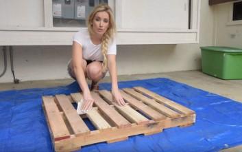 Με δυο ξύλινες παλέτες έφτιαξε τραπεζάκι