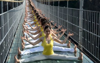 Ασκήσεις γιόγκα σε γυάλινη γέφυρα στα 180 μέτρα ύψος