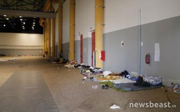 Εικόνες από τους πρόσφυγες στο κλειστό του Γαλατσίου