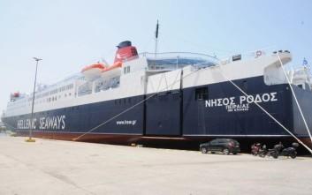 Στο λιμάνι της Σύρου παραμένουν οι επιβάτες του «Νήσος Ρόδος»