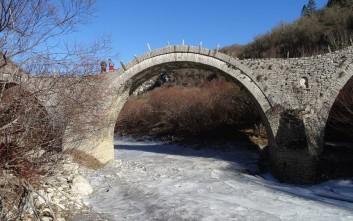 Φωτογραφίες από τον παγωμένο ποταμό Βίκο στην Ήπειρο