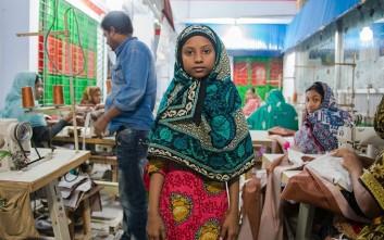 Αυτά τα παιδικά χέρια ράβουν τα ρούχα μας στο Μπαγκλαντές