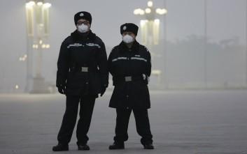 Η καθημερινότητα κάτω από το πέπλο νέφους στο Πεκίνο