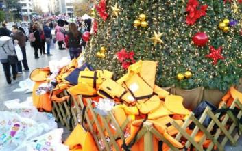 Αντιεξουσιαστές «στόλισαν» με σωσίβια το χριστουγεννιάτικο δέντρο στο Σύνταγμα