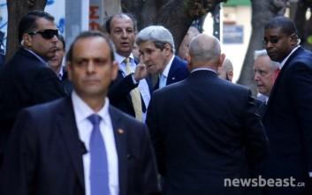 Πρώτη στάση του Κέρι στην Αθήνα σε κέντρο μεταναστευτικής πολιτικής