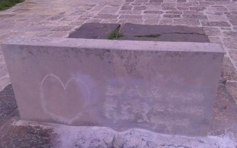 Αποκαθιστούν τις ζημιές στον βεβηλωμένο τάφο του Καζαντζάκη
