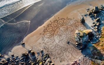 Εντυπωσιακές ζωγραφιές πάνω στην άμμο