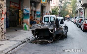 Καμμένο αυτοκίνητο παραμένει «ξεχασμένο» για τρίτη μέρα στα Εξάρχεια