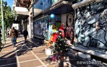 Ο άστεγος της Σταδίου στόλισε χριστουγεννιάτικο δέντρο