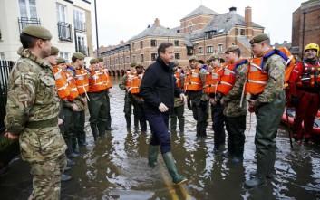Στις πλημμυρισμένες περιοχές στην Αγγλία ο Κάμερον
