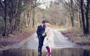 Στη γαμήλια τελετή με… γαλότσες