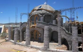 Σουρεαλιστικά σπίτια φτιαγμένα από ανακυκλωμένα υλικά