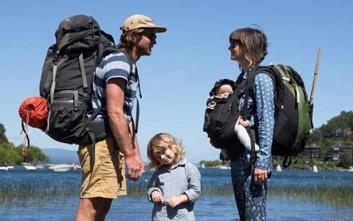H περιπετειώδης οικογένεια που γυρνά τον κόσμο με ένα βανάκι