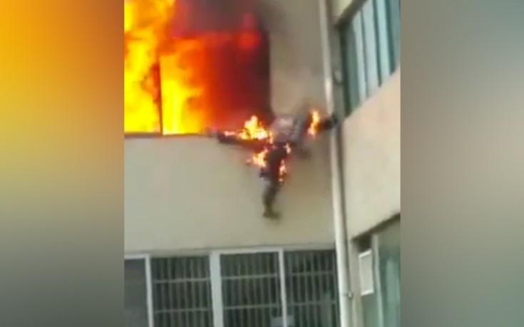 Βίντεο- σοκ με φλεγόμενο πυροσβέστη να πηδά από το παράθυρο σπιτιού που καίγεται