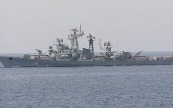 Ρωσικό πολεμικό υπό το άγρυπνο βλέμμα βρετανικής φρεγάτας