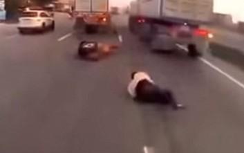 Μοτοσικλετιστής ξεγελά το θάνατο πέφτοντας ανάμεσα σε δύο φορτηγά