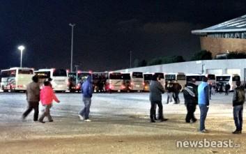 Έφτασαν στο Φάληρο τα πρώτα λεωφορεία με μετανάστες από την Ειδομένη