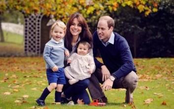 Η εορταστική χριστουγεννιάτικη φωτογραφία του πριγκιπικού ζεύγους και των παιδιών τους