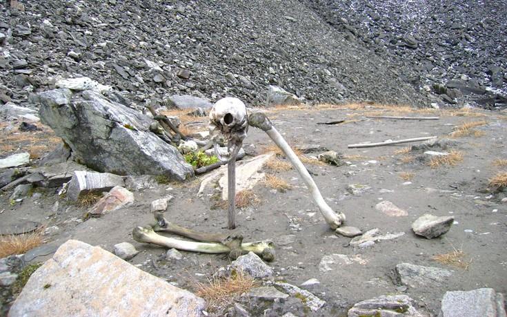 Image result for Η λίμνη με τους σκελετούς στην Ινδία