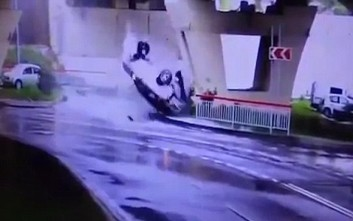 Αυτοκίνητο «εκτοξεύεται» από γέφυρα και πέφτει στο δρόμο από κάτω