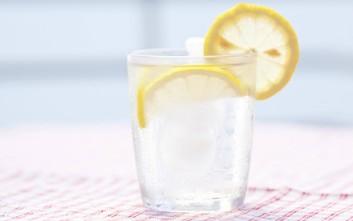 Πώς πρέπει να πίνετε νερό με λεμόνι για να χάσετε βάρος