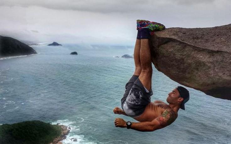Κρέμεται με τα πόδια από βράχο «300 μέτρων» αλλά δεν είναι αυτό που φαίνεται