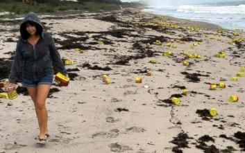 Μυστήριο με εκατοντάδες κουτάκια καφέ που ξεβράστηκαν στις ακτές της Φλόριντα