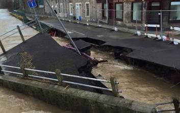 Το ποτάμι «κατάπιε» τον δρόμο