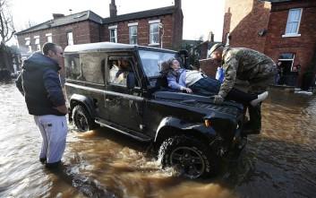 Αστυνομία, πυροσβεστική και στρατός στους πλημμυρισμένους δρόμους της Βρετανίας