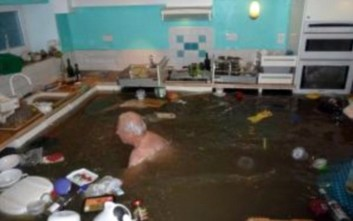 Ο άνδρας που κολυμπά στην... κουζίνα του