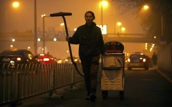Καλλιτέχνης στην Κίνα ρουφάει με ηλεκτρική σκούπα το νέφος